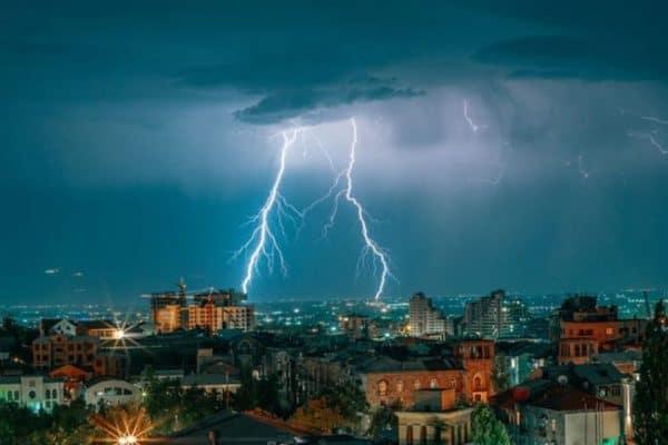 Կայծակի հարվածը՝ գիշերային Երևանում